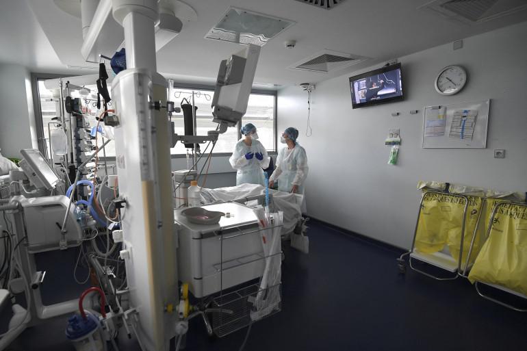Le personnel médical s'occupe d'un patient d'une unité de soins intensifs pour les patients infectés par la Covid-19 au CHU de Strasbourg, dans l'est de la France, le 22 octobre 2020.