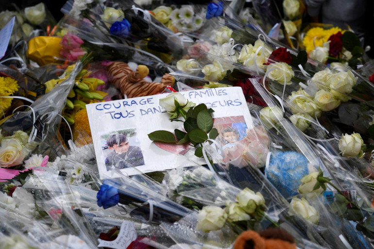 Des fleurs et des mots en hommage aux deux enfants fauchés par une voiture à Lorient