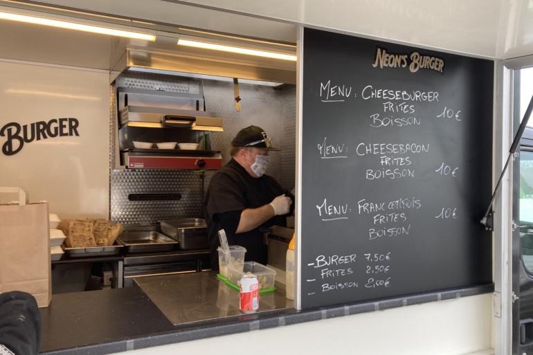 Éric Fleury propose des burgers franc-comtois et autres spécialités.