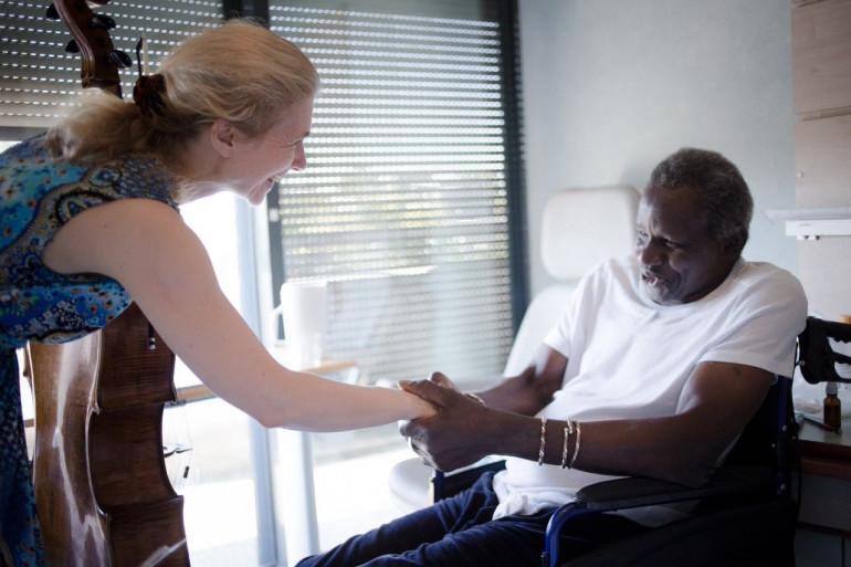 Claire Oppert joue régulièrement au chevet des malades, dans les services de soins palliatifs