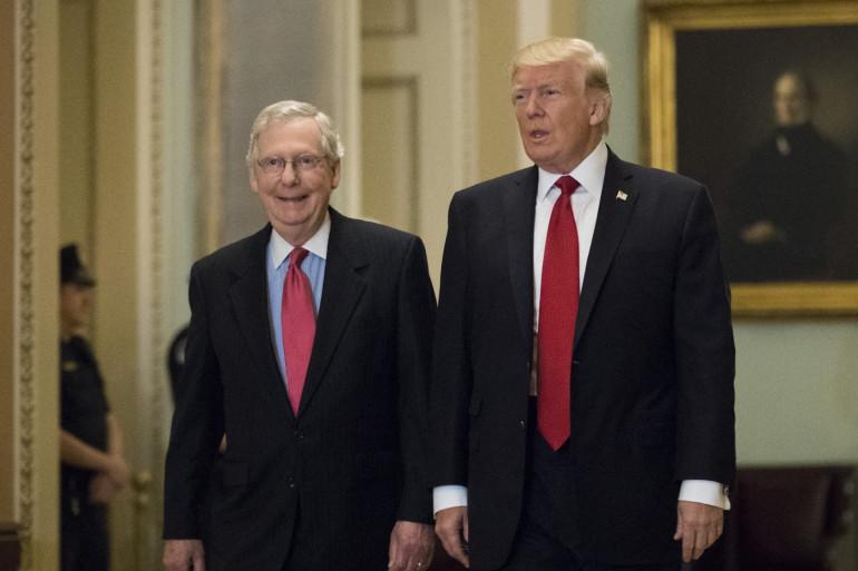 Donald Trump et le chef de la majorité au Sénat, Mitch McConnell, le 23 octobre 2017