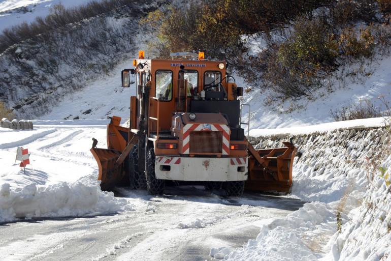 Un chasse-neige nettoie une route (illustration)