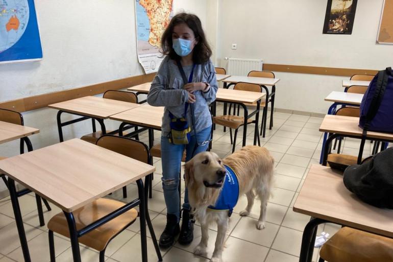 Caroline et son chien Ozzi à l'école.