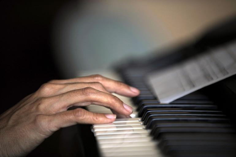Une femme jouant du piano (illustration)
