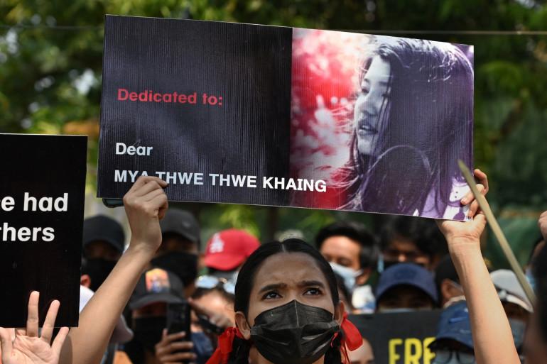 """Une manifestante brandit un portrait de """"Mya"""" décédée à Naypyidaw, le 19 février 2021."""