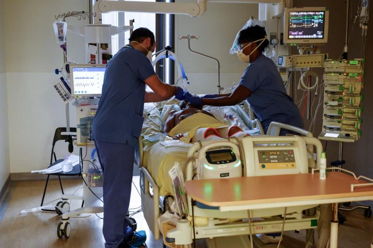 Des membres du personnel médical soignent un patient infecté par le Covid-19 à l'unité de soins intensifs de l'hôpital AP-HP Avicenne de Bobigny, le 8 février 2021.