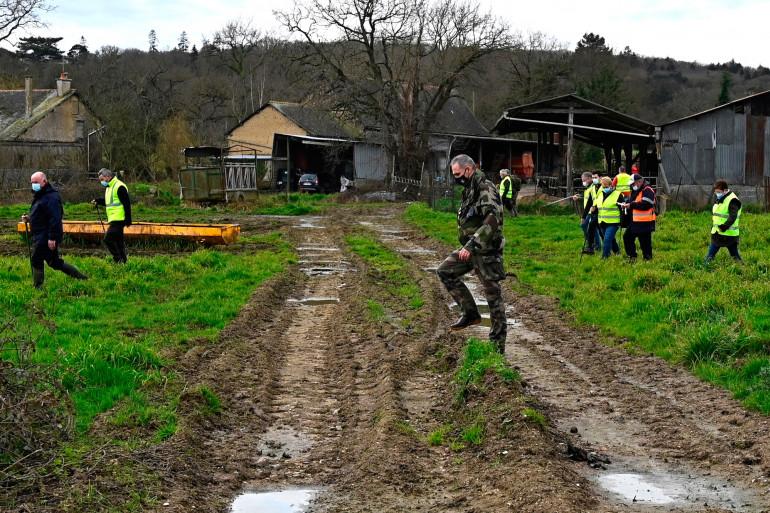 Des gendarmes et volontaires fouillent les environs de Montefort-sur-Meu, près de Rennes le 19 février 2021, à la recherche de Magali Blandin, mère de quatre enfants disparue.