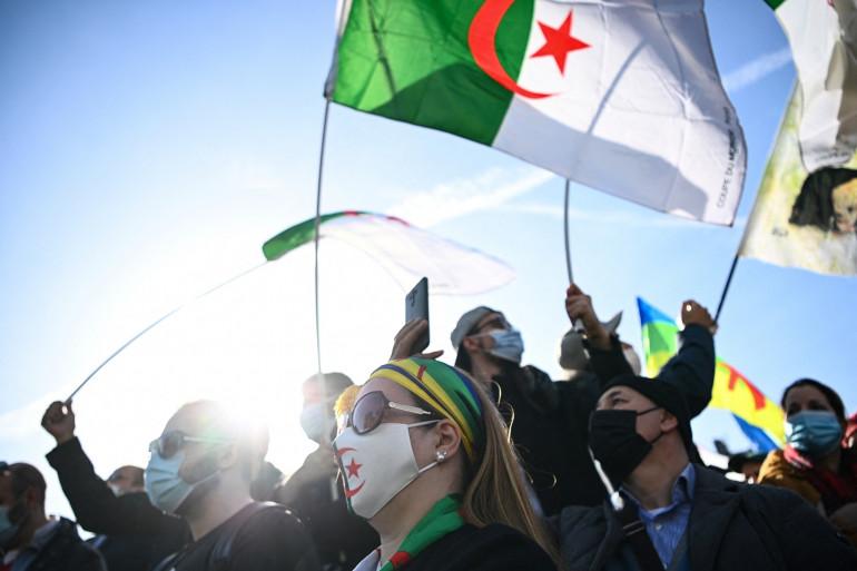 Des manifestants en soutien au mouvement anti-gouvernemental Hirak en Algérie, à Paris, le 21 février 2021.