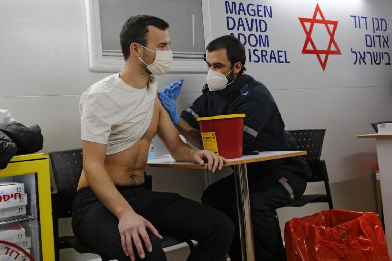 Un soignant administre le vaccin anti-Covid à un Israélien dans une clinique mobile à Tel Aviv, le 18 février 2021.
