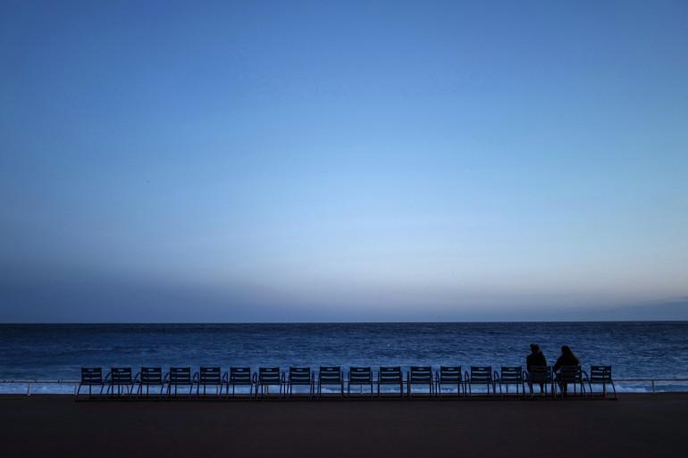 """Deux personnes sur la """"Promenade des Anglais"""" dans la ville de Nice, le 21 février 2021."""