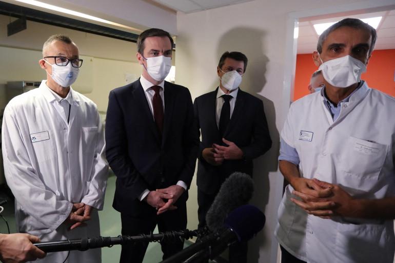 Olivier Véran et Christian Estrosi avec des médecins de l'hôpital de Nice, samedi 20 février 2021.