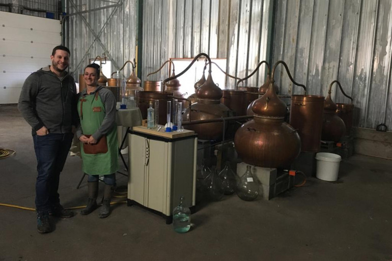 Marion et Berenger Mayoux dans leur distillerie des Bughes