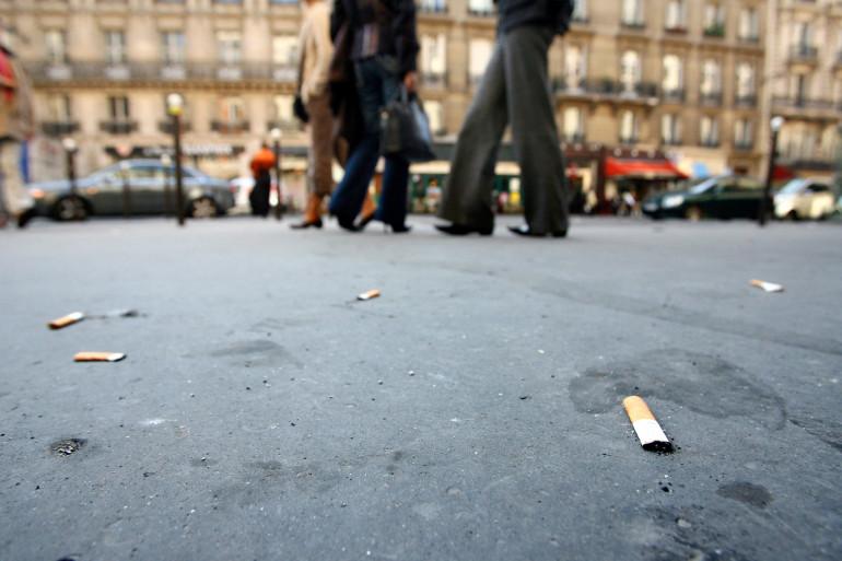 Photo prise le 16 octobre 2006 à Paris - des mégots de cigarettes sont écrasés sur le trottoir.