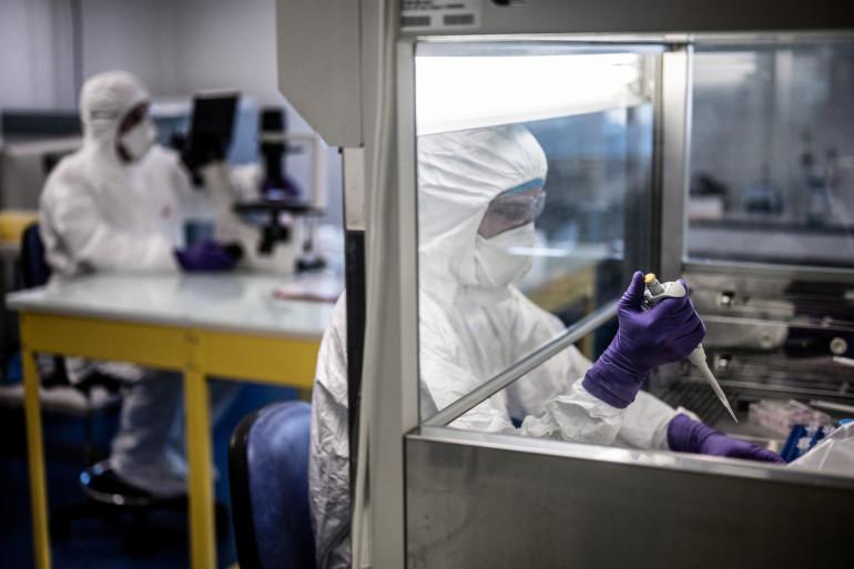Le 5 février 2020, des scientifiques travaillent dans le laboratoire universitaire VirPath, classé « P3 », alors qu'ils tentent de trouver un traitement efficace contre le nouveau coronavirus.