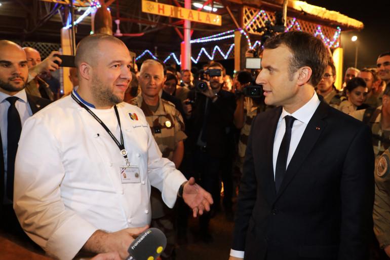 Photo prise le 22 décembre 2017, Emmanuel Macron s'entretient avec le chef de Guillaume Gomez depuis le palais de l'Elysée, alors qu'il partage un dîner de Noël avec 700 soldats Français des forces barkhane.