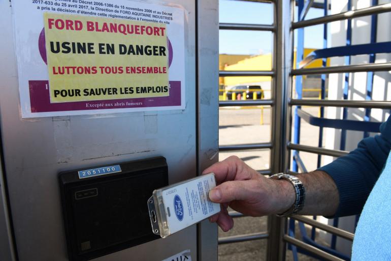 Un employé de Ford entre dans l'usine de Ford à Blanquefort, le 26 février 2019, au lendemain du refus du constructeur automobile américain d'une offre finale d'achat de l'usine auprès de l'équipementier franco-belge Punch Powerglide.