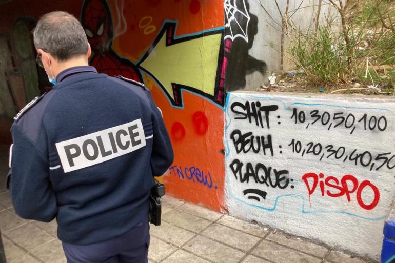 Un policier dans la cité de la Bricarde dans les quartiers Nord de Marseille