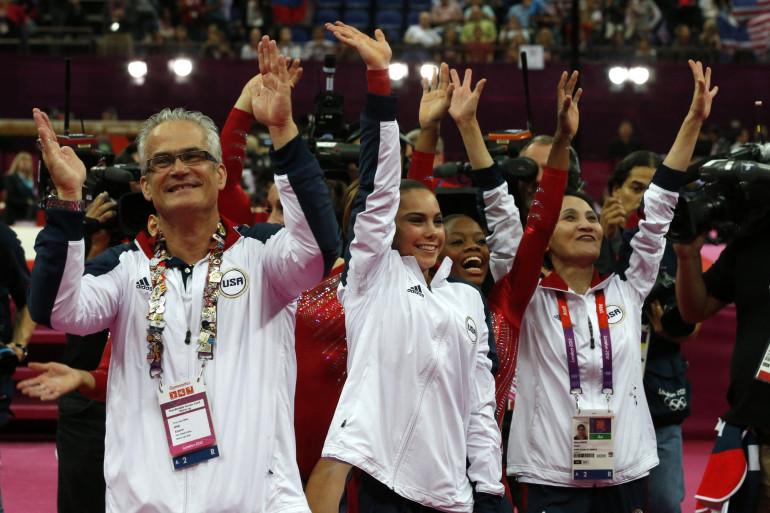 John Geddert à gauche, avec l'équipe féminine américaine de gymnastique aux JO de Londres en 2012