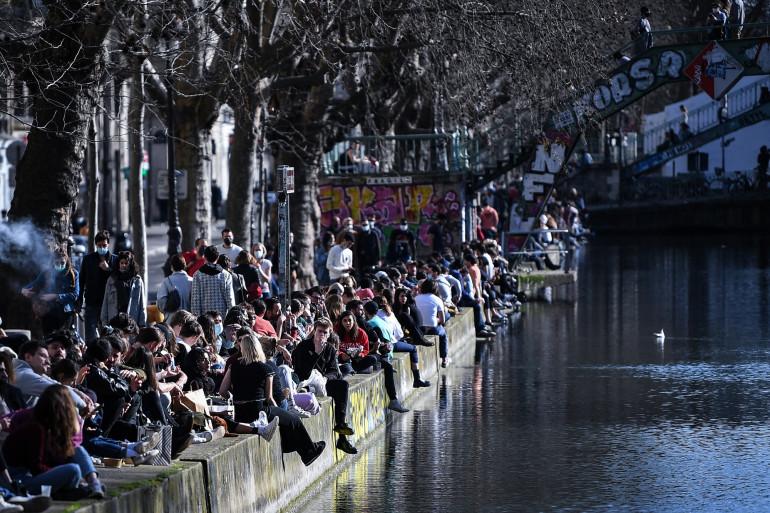 Le canal Saint-Martin, bondé malgré les mesures sanitaires