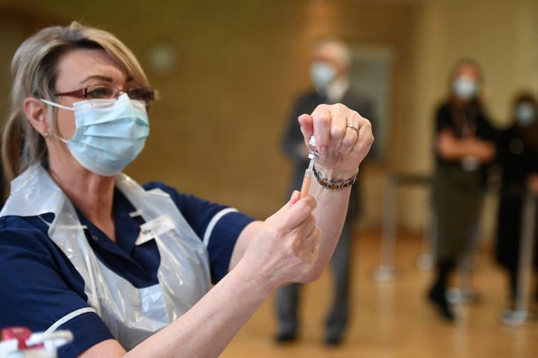 Une infirmière prépare une dose d'un vaccin AstraZeneca, dans un centre de vaccination installé au Fiveways Islamic Center de Nottingham, dans le centre de l'Angleterre, le 22 février 2021.