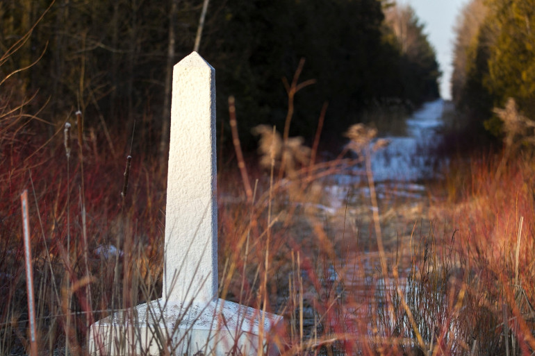 Illustration de la frontière americano-canadienne, au niveau du village canadien d'Hemmingford