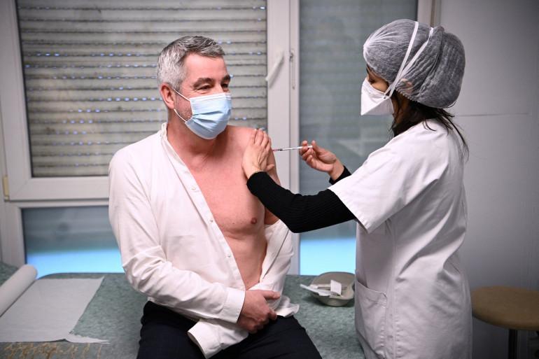 Daniel Guillerm, président de la Fédération nationale des infirmiers, reçoit le vaccin