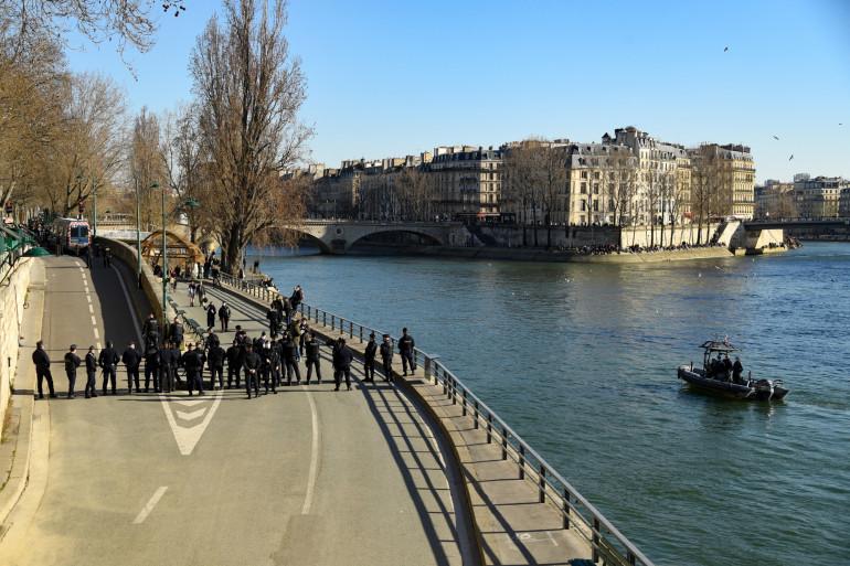 Les policiers évacuent les quais de Seine où de nombreux groupes s'étaient installés en ce 6 mars 2021.