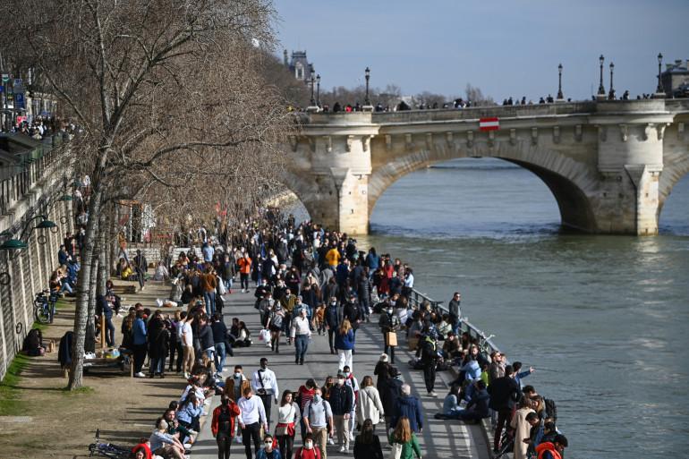Les quais de Seine bondés de monde à Paris le 20 février 2021.