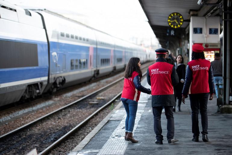 Des agents de la SNCF à Gare de Lyon (Paris) le 08/12/2019.