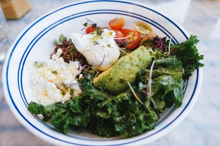 Cyril Lignac propose une recette de chou kale, agrumes et avocat