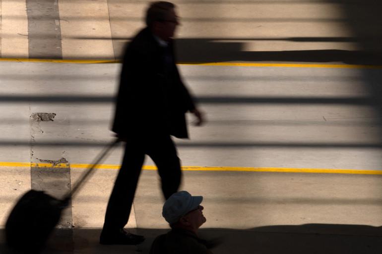 Des voyageurs marchent Gare du Nord à Paris le 24 avril 2018.