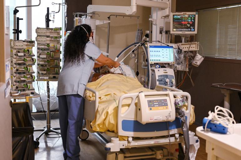 Un membre du personnel médical s'occupe d'un patient infecté par le Covid-19 (nouveau coronavirus) à l'unité de soins intensifs de l'hôpital AP-HP Avicenne à Bobigny, près de Paris, le 8 février 2021.