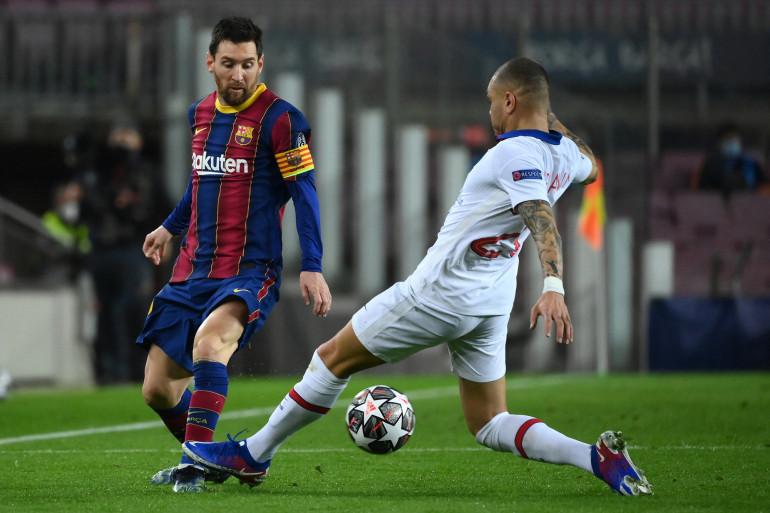 Lionel Messi face à Layvin Kurzawa le 16 février 2021 au Camp Nou