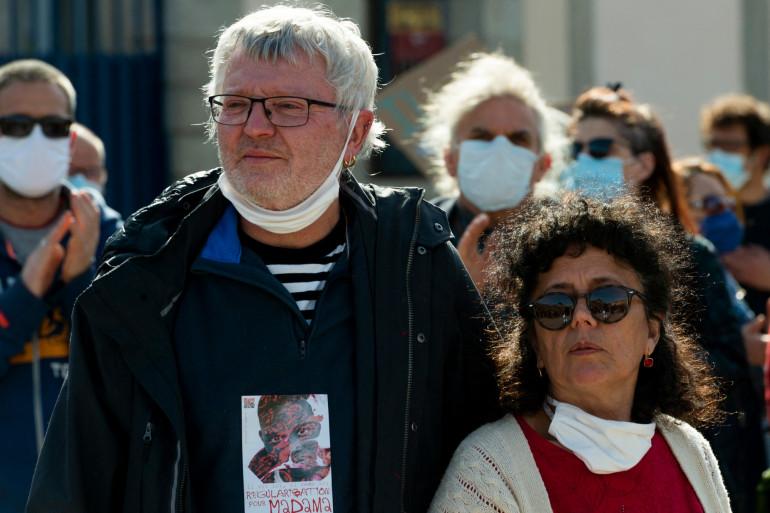 Éric Durupt et Veronique de Marconnay, famille d'accueil de Madama, lors de la marche du mercredi 10 mars au Puy-en-Velay.