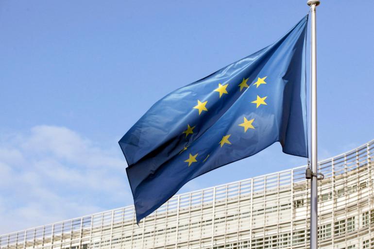 Photo d'un drapeau de l'Union européenne prise le 25 décembre 2020 devant le siège de la Commission européenne à Bruxelles.
