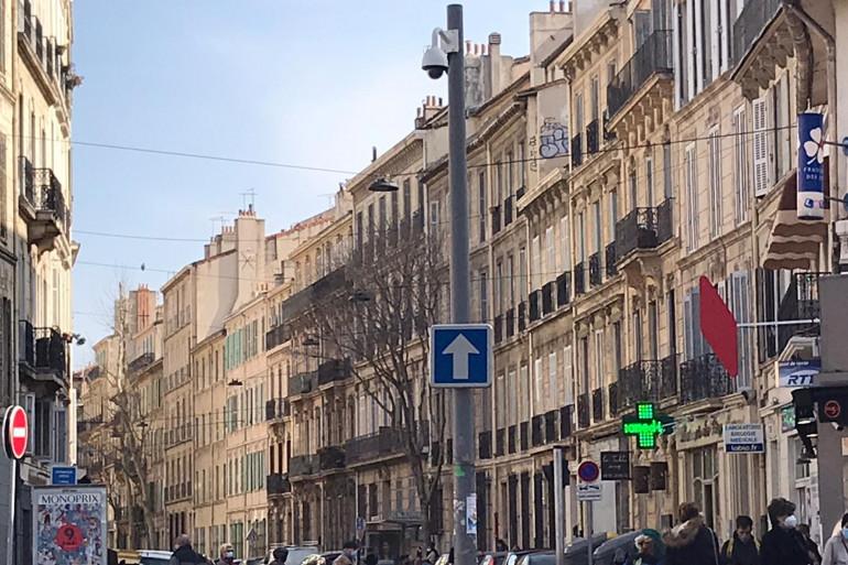 Une rue de Marseille avec une caméra de surveillance