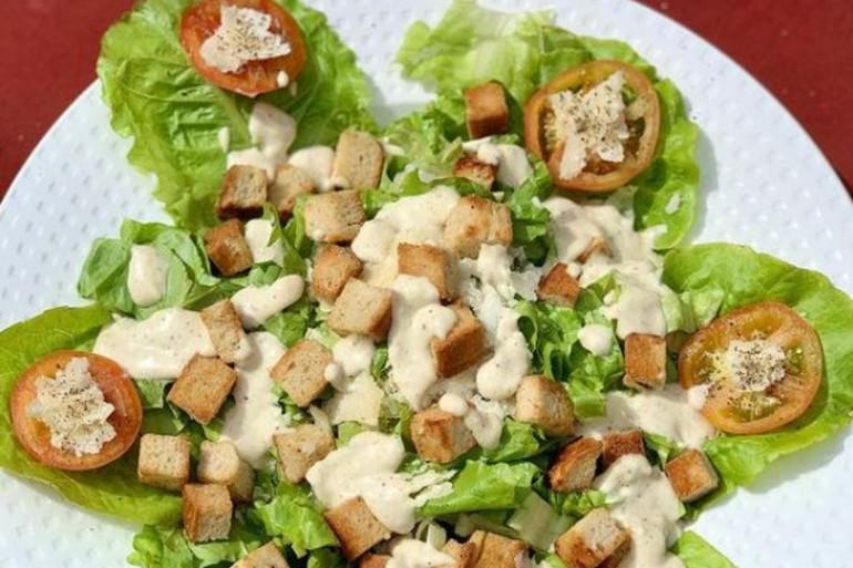 Une salade césar, grand classique des restaurants et brasseries