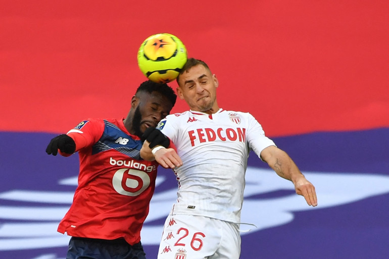 Le Lillois Jonathan Bamba au duel avec le Monégasque Ruben Aguilar le 6 décembre 2020 à Villeneuve-d'Ascq