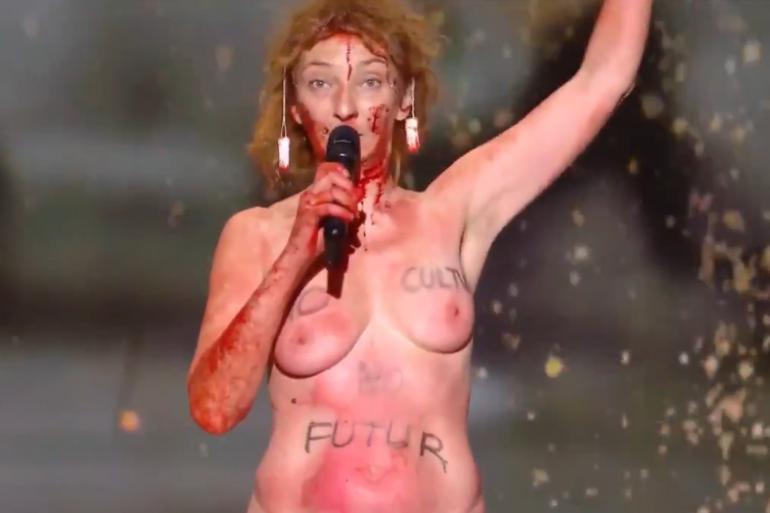 Corinne Masiero, nue, sur la scène des César