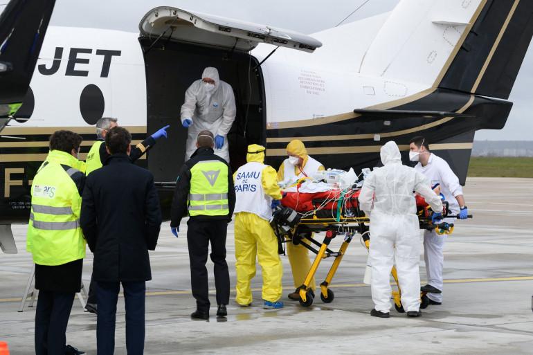 Un patient atteint d'une forme sévère de Covid-19 est transporté dans un avion par des soignants avant son transfert vers un hôpital de Bordeaux, le 14 mars 2021 à Orly. (image d'illustration)