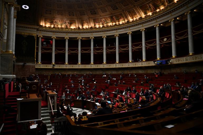 Des députés assistent à une séance de questions au gouvernement à l'Assemblée nationale à Paris le 12 janvier 2021.