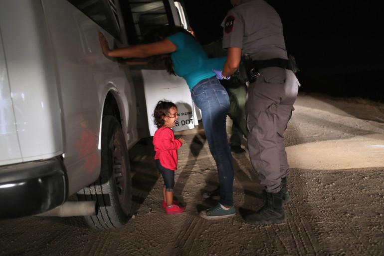 Une fillette séparée de sa maman à la frontière mexicaine le 12 juin