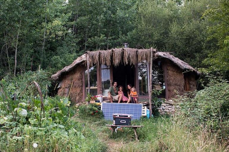 Grand entretien : Caroline et Jonathan Attias : ils ont décidé de vivre en famille dans une cabane
