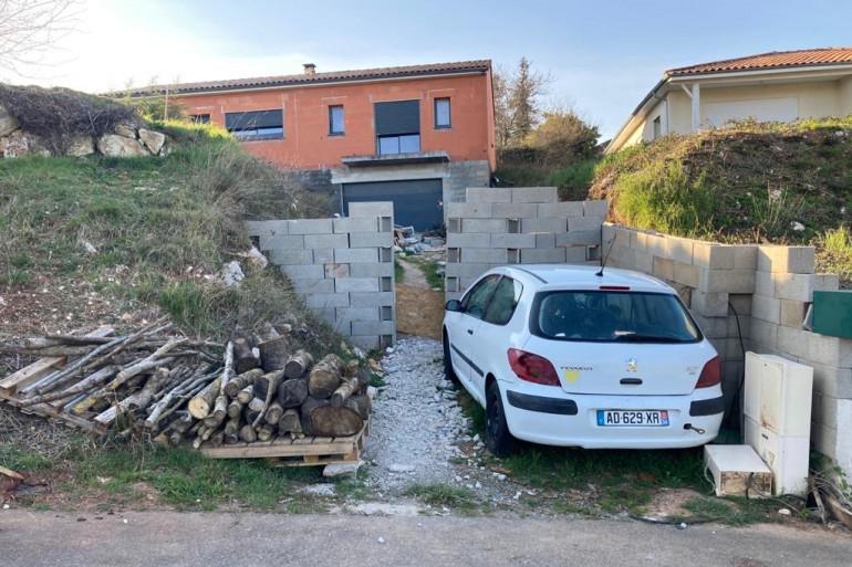 Le mur monté par Cédric Jubillar devant sa maison, à Cagnac-Les-Mines, 3 mois après la disparition de Delphine
