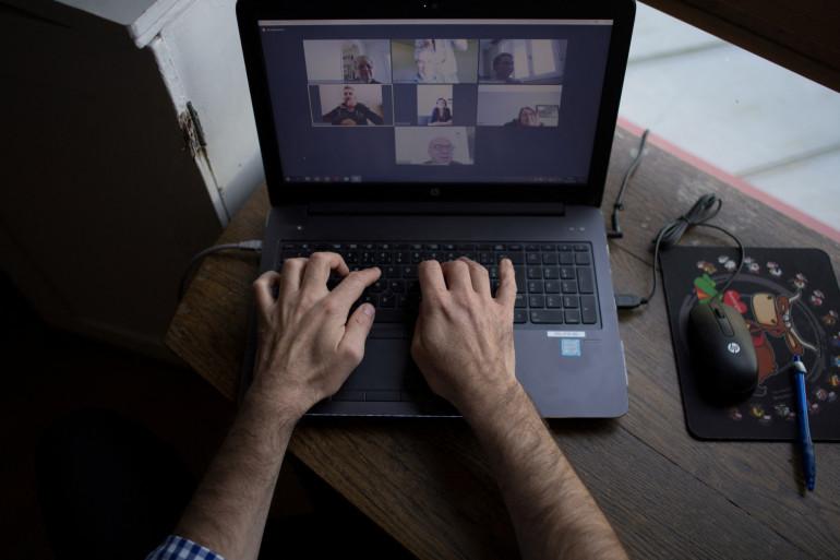 Un salarié participe à une vidéoconférence alors qu'il travaille de chez lui le 14 mai 2020 à Vertou (illustration).