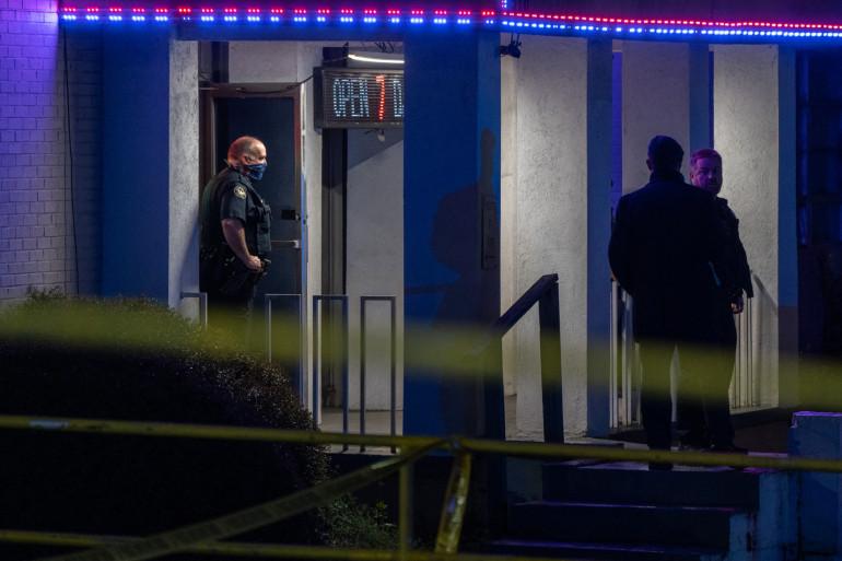La police devant un salon de massage asiatique à Atlanta où 3 personnes ont été tuées le 16 mars 2021