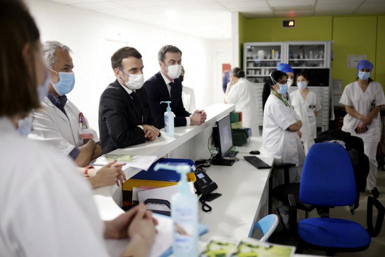 Le président Macron en visite à l'hôpital de Poissy