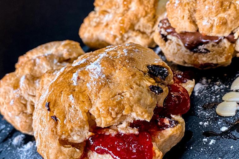 Les scones sont dégusté au Royaume-Uni pendant le tea time