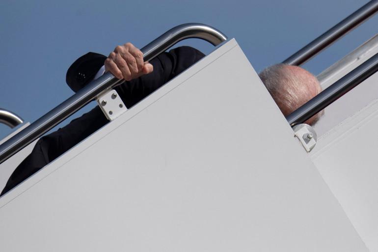 Joe Biden a trébuché en embarquant à bord de son avion