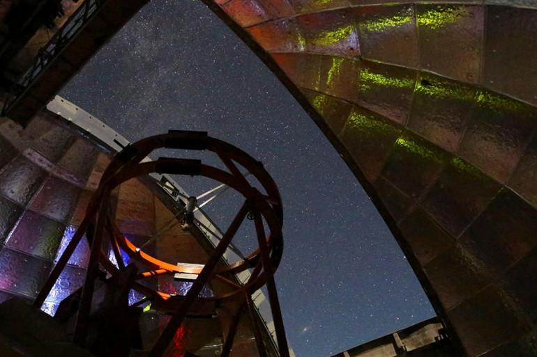 Un télescope infrarouge de la NASA au cours d'une nuit d'observation au sommet du Mauna Kea d'Hawaï. Il sera utilisé pour mesurer l'astéroïde 2001 FO32.